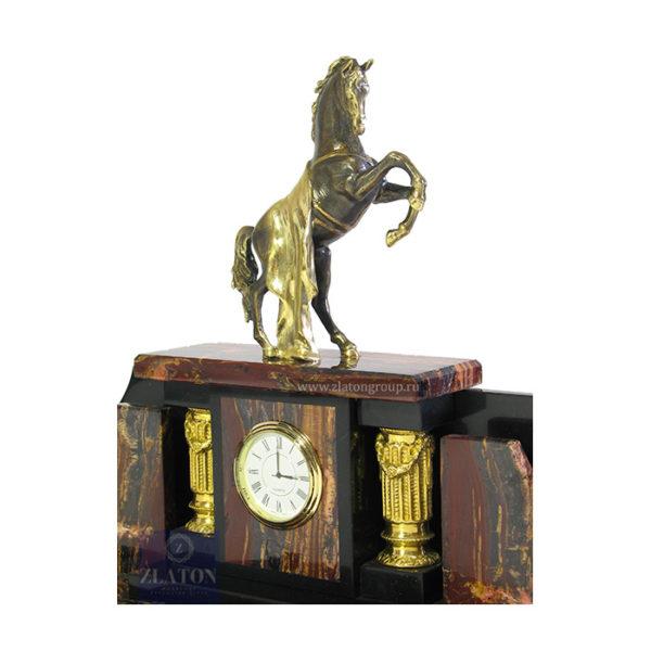 Конь с попоной из бронзы