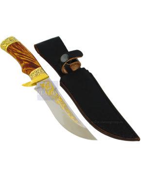 Охотничий нож в кожаных ножнах